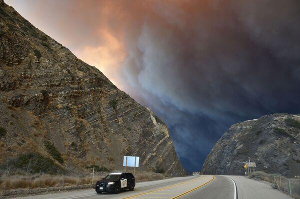 Khói từ vụ cháy rừng ở Malibu, California, Hoa Kỳ - Sputnik Việt Nam
