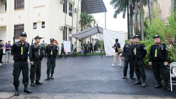 Lực lượng công an đảm bảo an ninh trật tự tại phiên tòa. - Sputnik Việt Nam