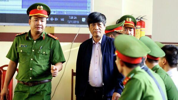 Bị cáo Nguyễn Thanh Hóa được cơ quan chức năng dẫn giải ra tòa. - Sputnik Việt Nam