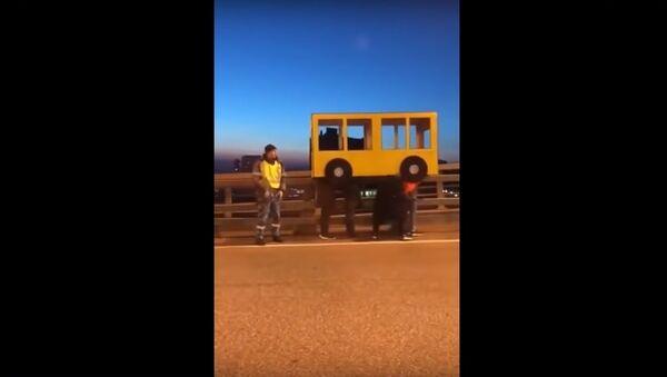 Cư dân Vladivostok cố gắng lái xe qua cầu khi hóa tranh thành…xe buýt - Sputnik Việt Nam