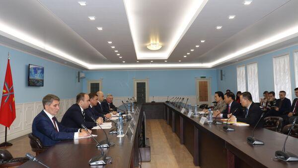 Quang cảnh hội đàm giữa Đại sứ Ngô Đức Mạnh và Thống đốc tỉnh Tula Aleksey Dyumin. - Sputnik Việt Nam