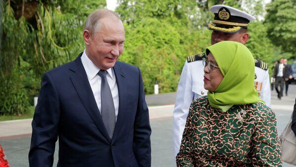 Vladimir Putin và Halimah Yacob - Sputnik Việt Nam