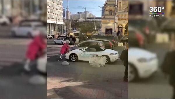 Cô gái tóc vàng dùng rìu đập xe Porsche giữa trung tâm Kiev - Sputnik Việt Nam