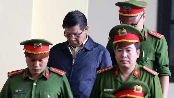 Lực lượng chức năng dẫn giải bị cáo Phan Văn Vĩnh vào tòa. - Sputnik Việt Nam