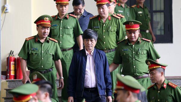 Lực lượng chức năng dẫn giải bị cáo Nguyễn Thanh Hóa vào phiên tòa. - Sputnik Việt Nam