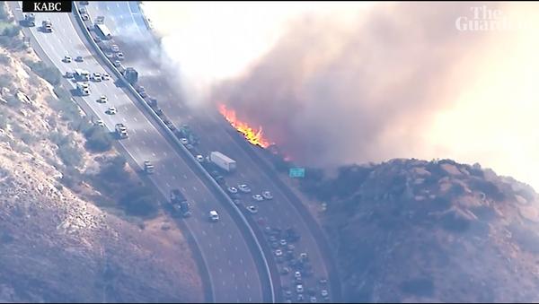 Ranh giới địa ngục. Lửa cháy ở California lan đến tận xa lộ đông xe - Sputnik Việt Nam