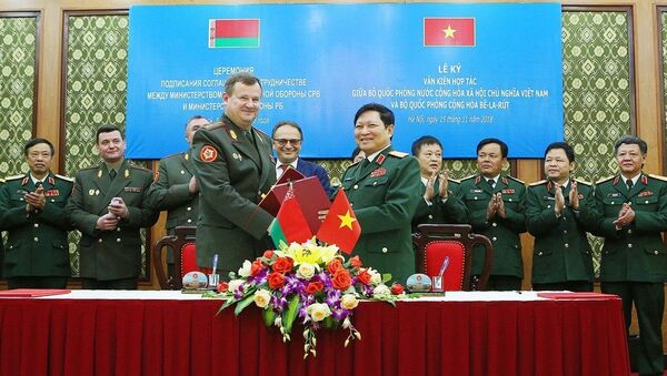 Bộ trưởng Quốc phòng Ngô Xuân Lịch và Bộ trưởng Quốc phòng Belarus Andrei Alekseyevich Ravkov ký Thỏa thuận hợp tác trong lĩnh vực khoa học quân sự giữa Bộ Quốc phòng hai nước. - Sputnik Việt Nam
