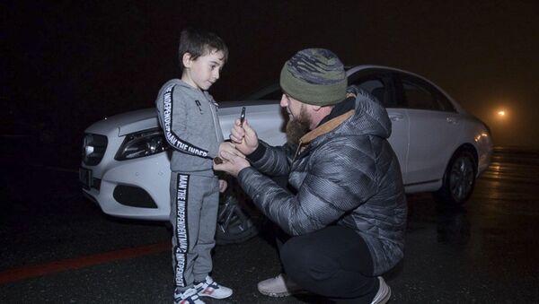 ông Ramzan Kadyrov và bé Rakhim Kuriev - Sputnik Việt Nam