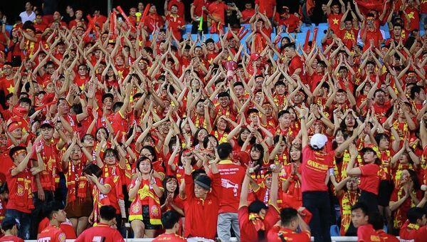 Cổ động viên phủ kín sắc đỏ trên khán đài sân vận động Mỹ Đình. - Sputnik Việt Nam