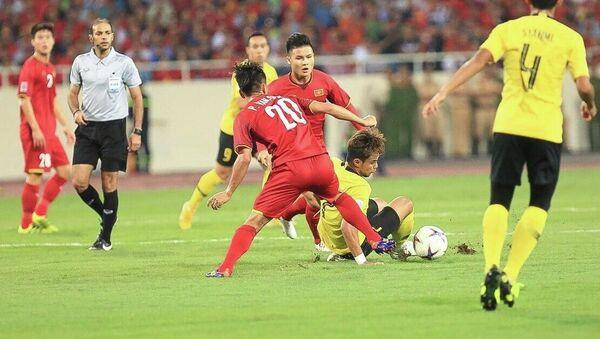 Cầu thủ Malaysia trong vòng vây của các tuyển thủ Việt Nam. - Sputnik Việt Nam