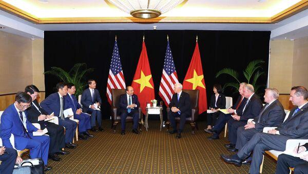 Trong chương trình tham dự Hội nghị Cấp cao ASEAN lần thứ 33 và các hội nghị cấp cao liên quan tại Singapore, sáng 14/11/2018, Thủ tướng Nguyễn Xuân Phúc gặp Phó Tổng thống Mỹ Mike Pence. - Sputnik Việt Nam