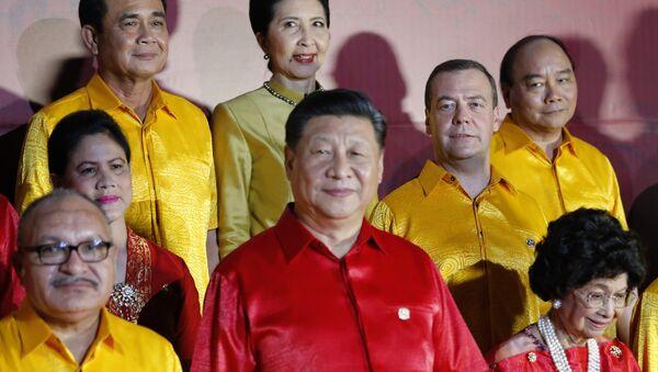 Các nhà lãnh đạo APEC mặc áo truyền thống của New Guinea chụp hình chung - Sputnik Việt Nam