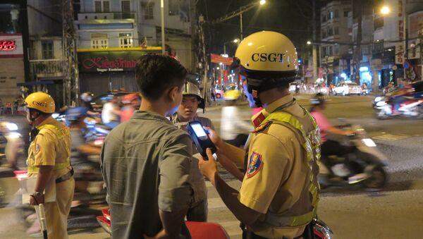 CSGT kiểm tra người vi phạm - Sputnik Việt Nam