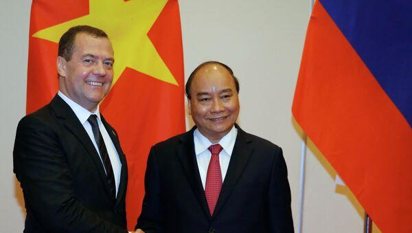 Thủ tướng Nga Dmitry Medvedev với người đồng cấp Việt Nam Nguyễn Xuân Phúc tại Hà Nội - Sputnik Việt Nam