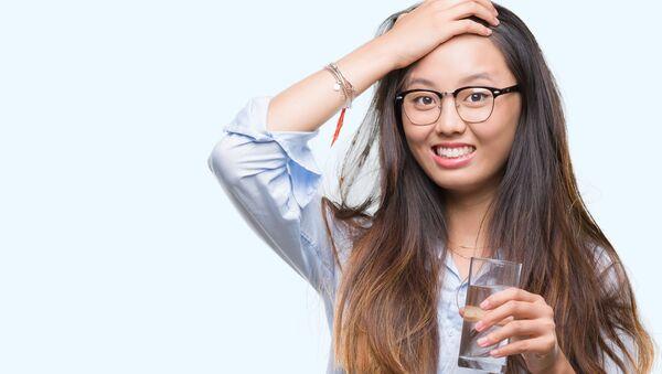 Cô gái với cốc nước. - Sputnik Việt Nam