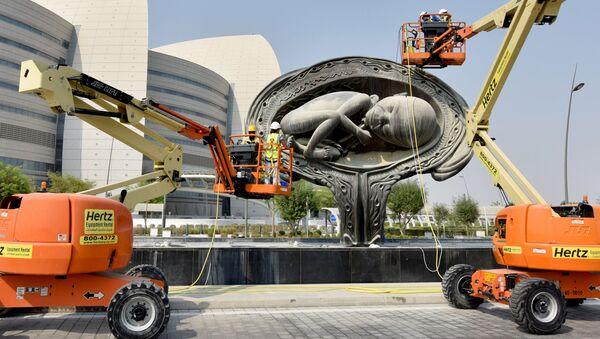 Một trong những tác phẩm điêu khắc Hành trình tuyệt vời của nghệ sĩ Damien Hirst tại lối vào Trung tâm Y tế Sidra ở Doha, Qatar - Sputnik Việt Nam
