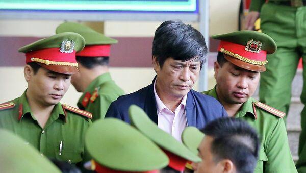 Lực lượng chức năng dẫn giải bị cáo Nguyễn Thanh Hóa (nguyên Cục trưởng Cục cảnh sát điều tra tội phạm công nghệ cao C ra tòa. - Sputnik Việt Nam