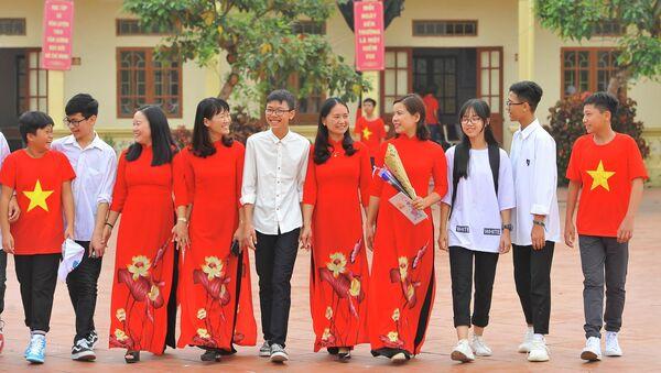 Niềm vui của cô và trò trong ngày 20/11 tại Trường THCS Ninh Thành (Tp Ninh Bình) . - Sputnik Việt Nam
