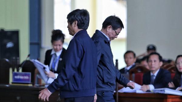 Ông Phan Văn Vĩnh (phải) đi xuống và Nguyễn Thanh Hóa đi lên bục xét hỏi sáng 20-11 - Sputnik Việt Nam