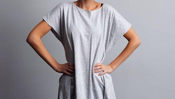 Худая девушка в футболке большого размера - Sputnik Việt Nam