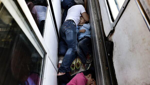 Người tị nạn Syria ngủ trên sàn tàu hỏa đến Macedonia - Sputnik Việt Nam