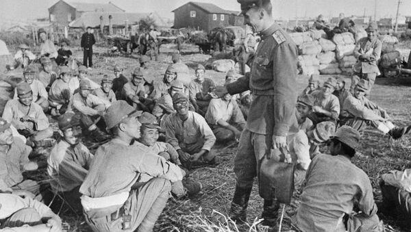 Chiến sĩ và sĩ quan Xô viết hỏi chuyện các tù binh Nhật - Sputnik Việt Nam
