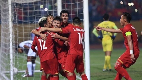 Các cầu thủ Việt Nam ăn mừng sau bàn thắng nâng tỷ số lên 2-0 của Quang Hải - Sputnik Việt Nam