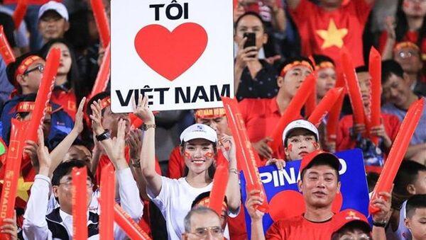 Nữ cổ động viên thể hiện tình yêu đối với đội tuyển Việt Nam - Sputnik Việt Nam