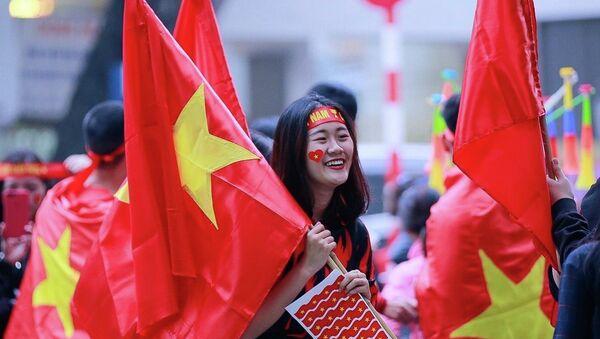 Người hâm mộ với cờ và băng rôn cổ vũ cho đội tuyển Việt Nam - Sputnik Việt Nam