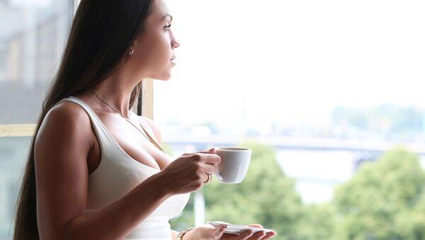 Девушка с чашкой кофе - Sputnik Việt Nam