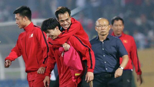 Công Phượng cõng Văn Toàn rời sân sau khi Việt Nam đánh bại Campuchia 3-0 trên sân Hàng Đẫy tối 24/11 - Sputnik Việt Nam