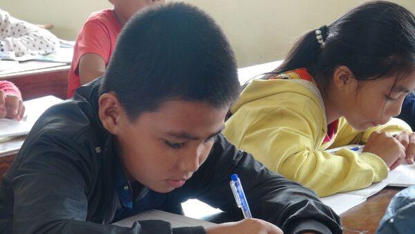 Học sinh Hoàng Long Nhật, lớp 6-2, Trường THCS Duy Ninh (Quảng Bình) đã tiếp tục học chiều 24/11. - Sputnik Việt Nam