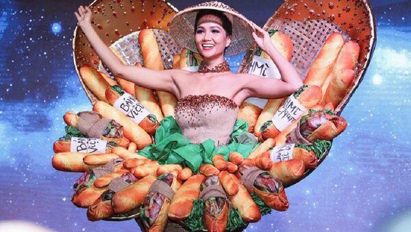 Hoa hậu H'Hen Niê khi công bố váy Bánh mì là trang phục dân tộc của Việt Nam tại Hoa hậu Hoàn vũ 2018. - Sputnik Việt Nam