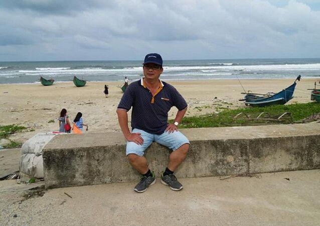 Ông Dương chụp ảnh kỷ niệm trong chuyến du lịch cách đây không lâu cùng người thân