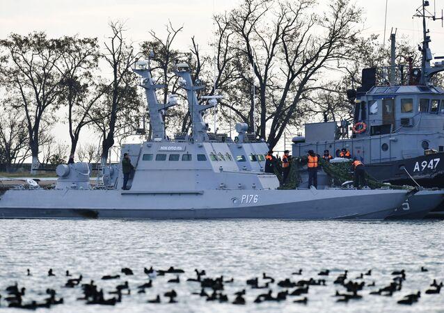 Hai tàu của Hải quân Ukraina Nikopol và Yana Kapa vi phạm biên giới Nga