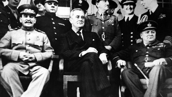 Lãnh tụ Liên Xô Yosif Stalin, Tổng thống Mỹ Franklin Roosevelt và Thủ tướng Anh Winston Churchill tại Hội nghị Tehran, năm 1943 - Sputnik Việt Nam