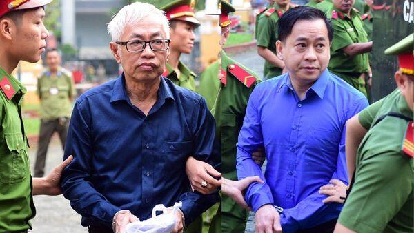 Bị cáo Phan Văn Anh Vũ (phải) và Trần Phương Bình được dẫn giải ra tòa - Sputnik Việt Nam