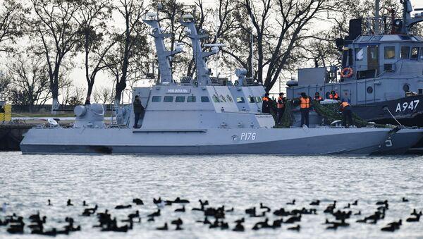 Tàu pháo bọc thép hạng nhẹ Nikopol và tàu kéo Yany Kapu của Hải quân Ukraina, bị Biên phòng Liên bang Nga bắt giữ do vi phạm biên giới, neo đậu  tại cảng Kerch - Sputnik Việt Nam