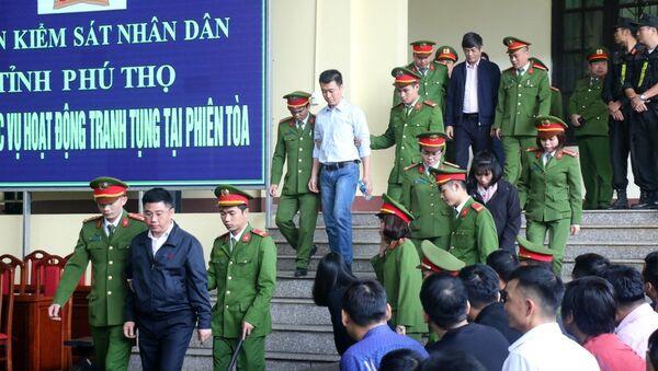 Lực lượng chức năng đưa các bị cáo vào tòa. - Sputnik Việt Nam