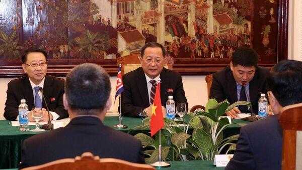 Bộ trưởng Bộ Ngoại giao Triều Tiên Ri Yong Ho (giữa) tại buổi hội đàm. - Sputnik Việt Nam