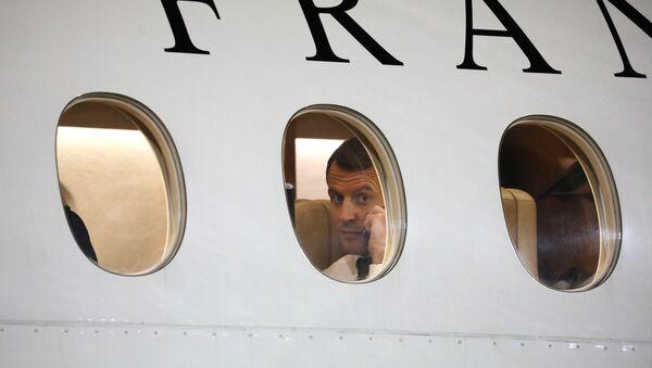Президент Франции Эмманюэль Макрон во время разговора по телефону в самолете - Sputnik Việt Nam