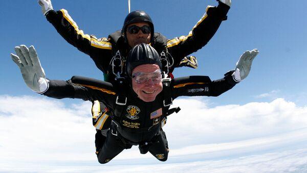 Сựu Tổng thống Mỹ George Bush-cha nhảy dù - Sputnik Việt Nam