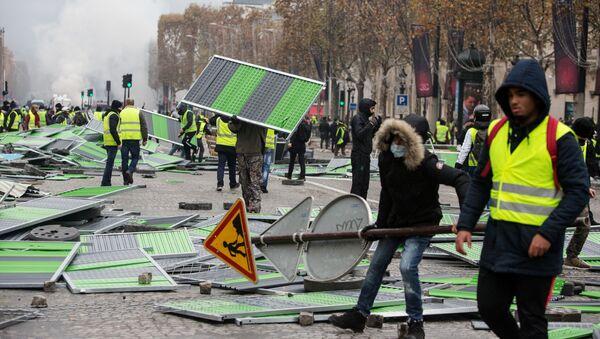 """Thủ đô Pháp """"náo loạn"""" vì biểu tình phản đối thuế xăng dầu - Sputnik Việt Nam"""
