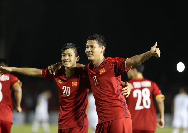 Phan Văn Đức nâng tỉ số cho Đội tuyển Việt Nam lên 2-1 vào đầu hiệp 2.
