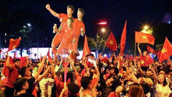 Người hâm mộ thủ đô ăn mừng chiến thắng đội nhà. - Sputnik Việt Nam