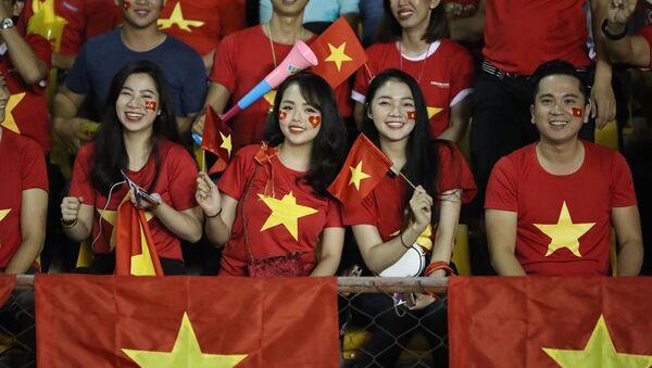 Các CĐV Việt Nam có mặt trên khán đài sân vận động Panaad, thành phố Bacolod, Philippines để cổ vũ cho thầy trò HLV Park Hang Seo. - Sputnik Việt Nam