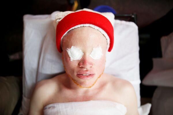 Thí sinh chuẩn bị tham gia cuộc thi Hoa hậu và Nam vương bạch tạng ở Kenya - Sputnik Việt Nam