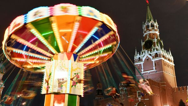 Đu quay tại Hội chợ GUM trên Quảng trường Đỏ ở Moskva - Sputnik Việt Nam