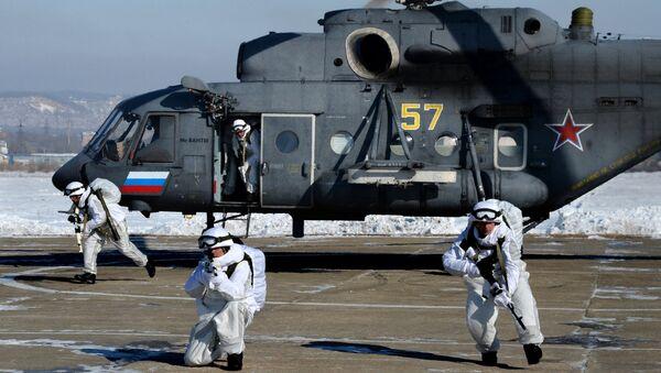 Lính Dù thuộc nhóm trinh sát đổ bộ từ trực thăng Mi-8AMTSh để thực hiện nhiệm vụ ở hậu địch giả định theo kịch bản tập trận chiến thuật kết hợp của Lữ đoàn Cận vệ quân Dù-tấn công đường không số 83 tại thao trường Baranovsky ở vùng Primorye. - Sputnik Việt Nam