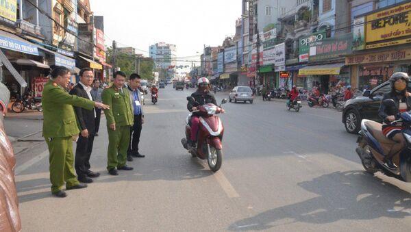 Ông Khuất Việt Hùng cùng Công an Tx. Phổ Yên kiểm tra hiện trường vụ tai nạn khiến 4 người đi bộ sang đường tử vong - Sputnik Việt Nam